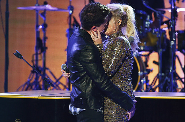 charlie-puth-meghan-trainor-kiss-onstage-amas-2015-billboard-650